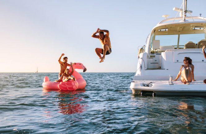 familj leker på båt