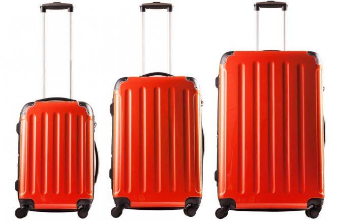röda resväskor