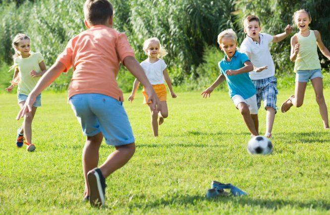 barn leker i trädgård