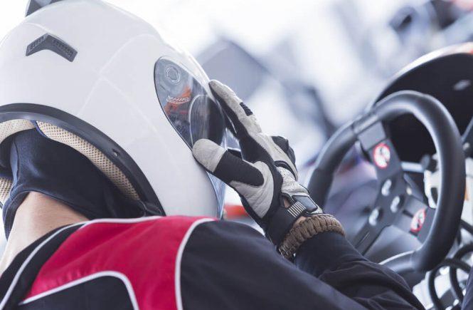 racerförare i bil
